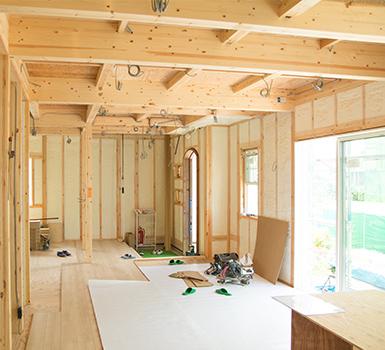 高気密で建物をしっかり包み込む吹付断熱材を標準採用