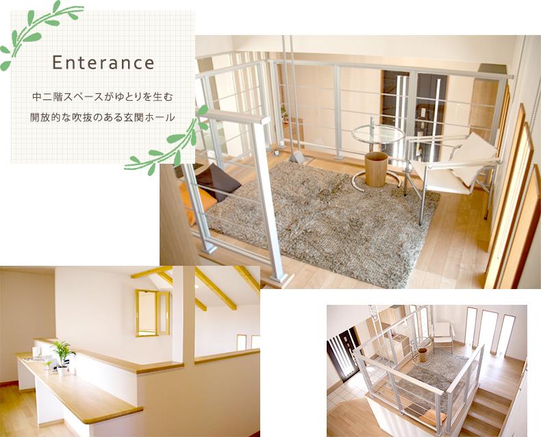 エントランス 中二階スペースがゆとりを生む開放的な吹抜のある玄関ホール